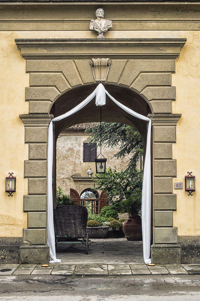 villa-medicea-di-lilliano entrance and courtyard