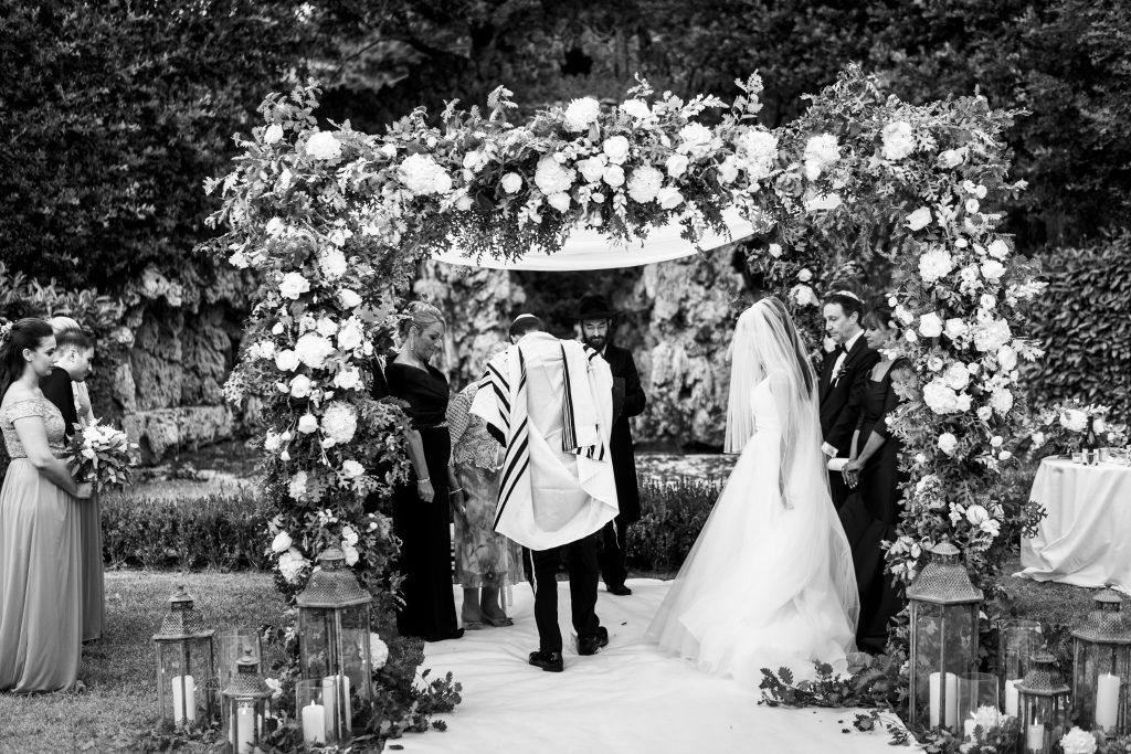 jewish wedding planner - jewish wedding traditions - smashing the glass